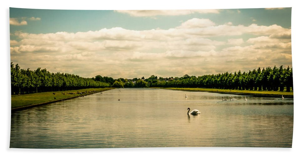 Hampton Court Long Lake's Swans - Bath Towel