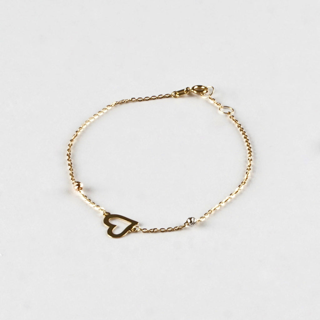 Delicately crafted adjustable bracelet with an effortlessly sophisticated heart motif between two small sparkling suns.