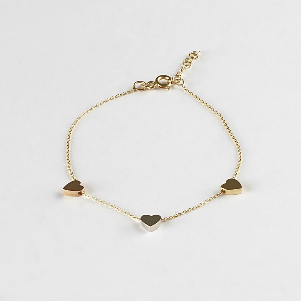 A design classic. A delicate, beautiful bracelet with three hearts. One in white gold, one in rose gold and one in yellow gold. This will look fantastic in every occasion.