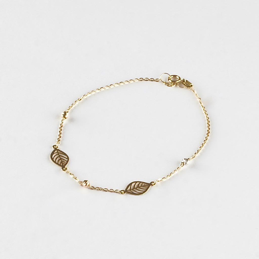 Delicately crafted bracelet with a two leaf charm motifs