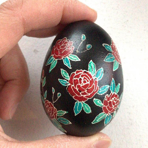 Image of finished egg, with flower patterns in red and green