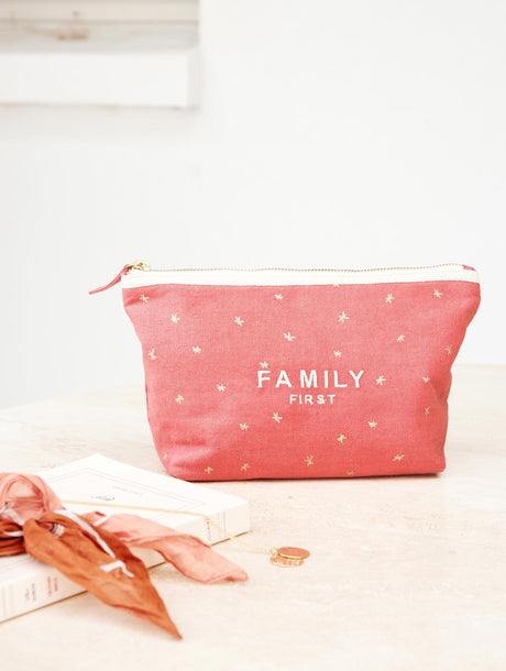 La pochette brodée Family first rose blush