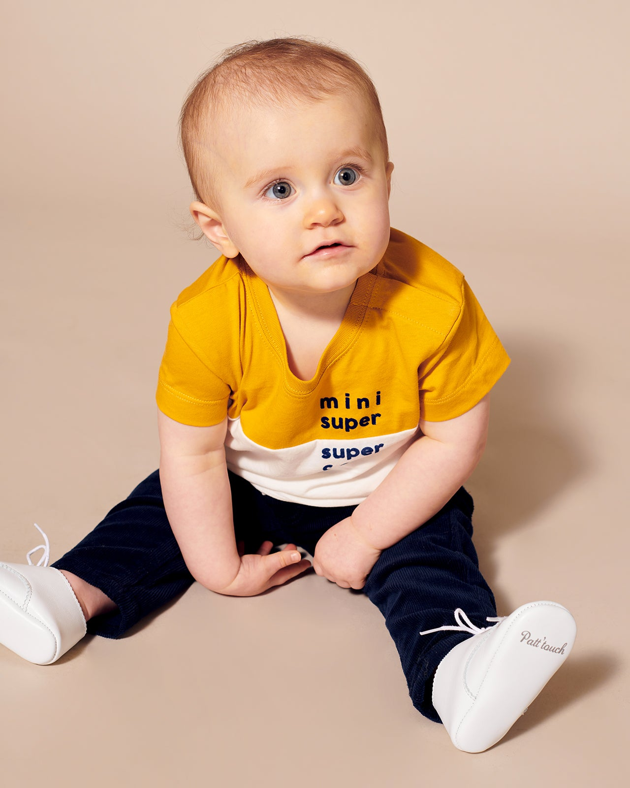 Le t-shirt Mini super super cool en coton biologique jaune miel