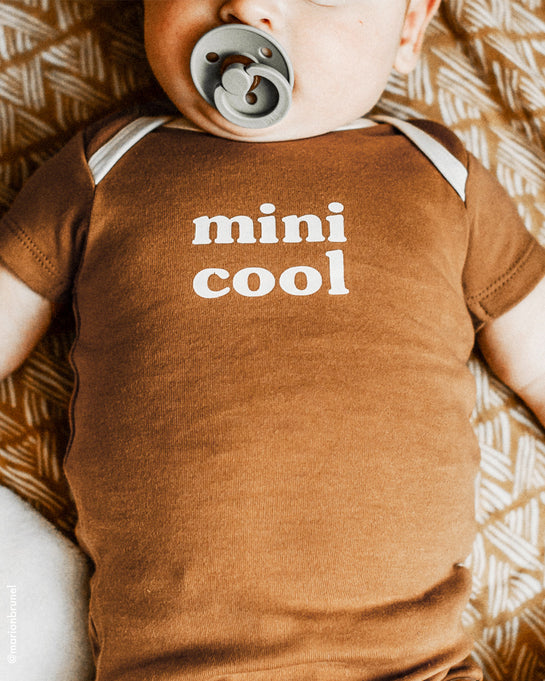 Le t-shirt Papa cool et le body Mini cool - noisette