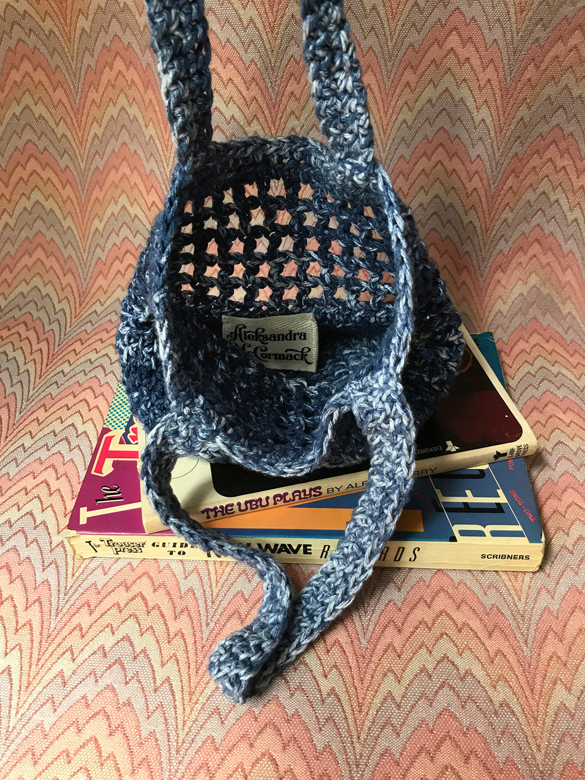 Aleksandra McCormack handmade crochet market bag dark blue navy melange space dye speckle tie dye white ivory hand made mini tote bag 100% cotton yarn french market bag farmers market bag design crochet mesh market bag filet market bag everlane filt french farmet bag cotton market bag small business new york city manhattan washinton heights inside view image