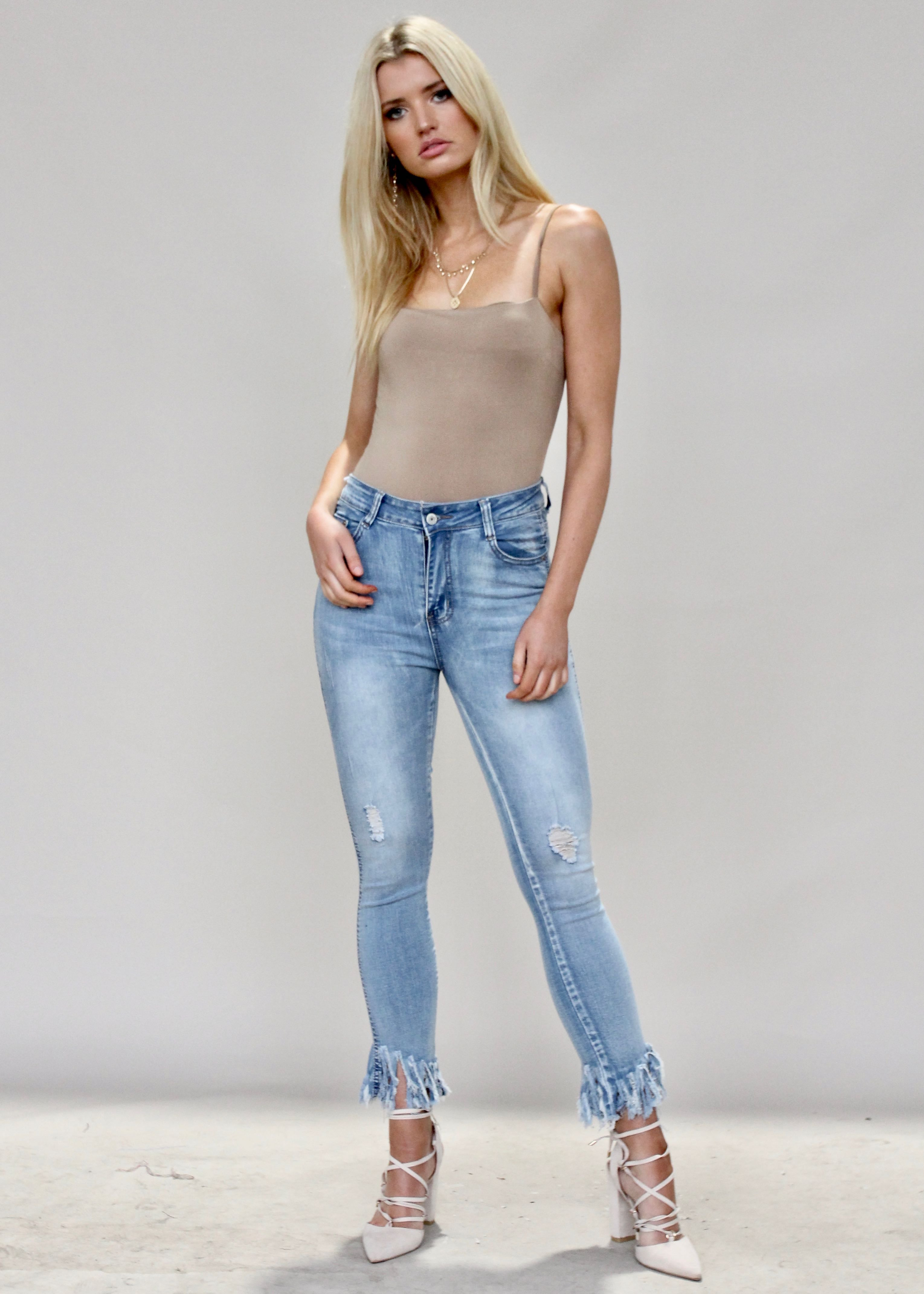 Everly Raw Hem Jeans - Mid Blue