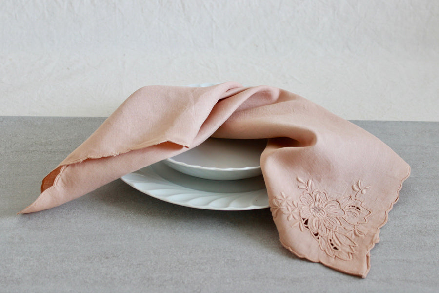 Naturally dyed vintage napkins for and eco friendly kitchen in a sustainable home. Enjoy cooking and eating organic food with zero waste and plastic free product.