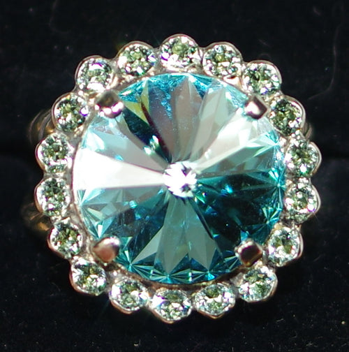 SORRELLI RING ASPEN VIVID HORIZONS: round rivoli surrounded by petite crystals on adjustable antique silver band