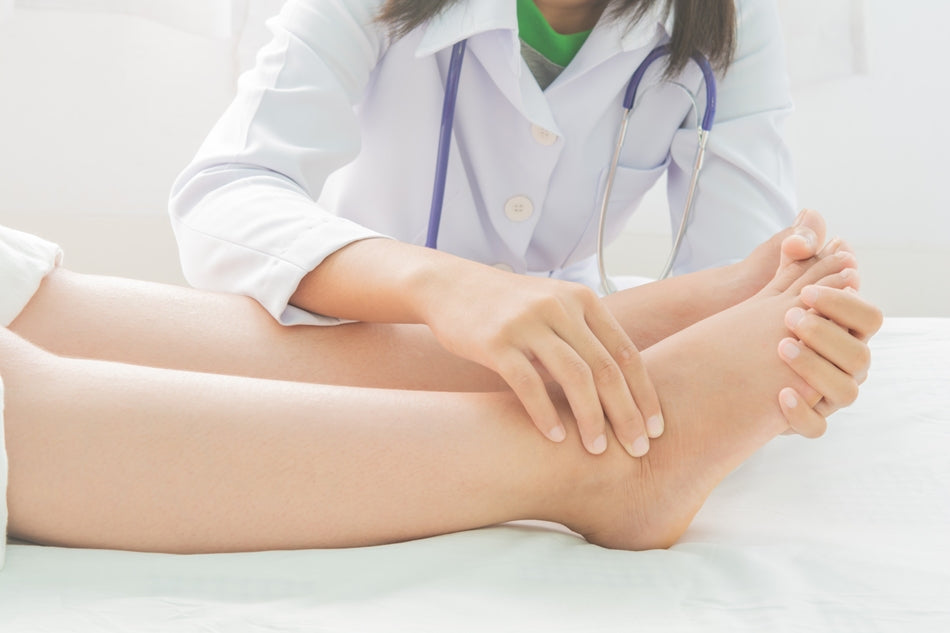 foot-swelling-pregnant-women-doctor-bed