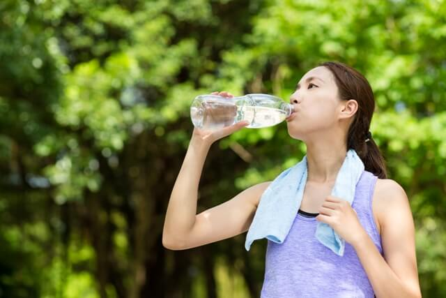 sporty-girl-drink-water-after-running