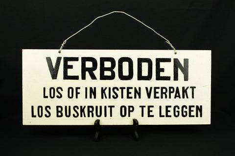 "Wooden sign with black painted letters ""Verboden - Los of in kisten verpakt - Los buskruit op te leggen"""
