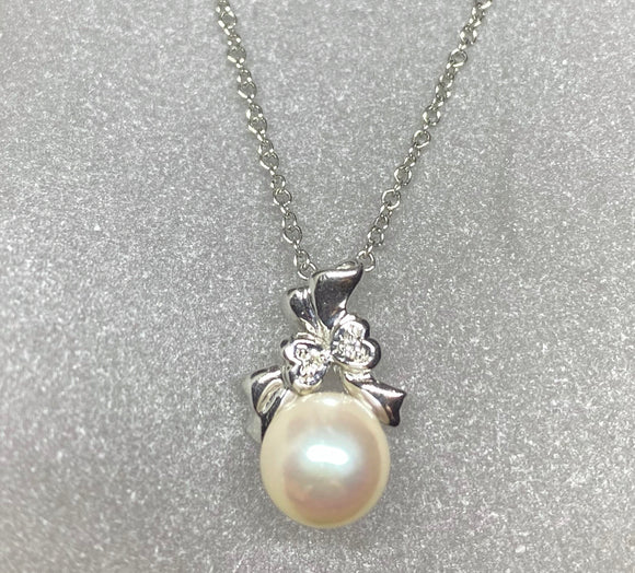 18ct White Gold White Cultured Pearl Heart Pendant