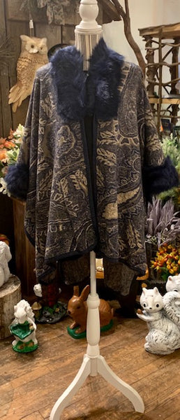 Clothing - Patterned Wool-like Shawl with Fur Trim
