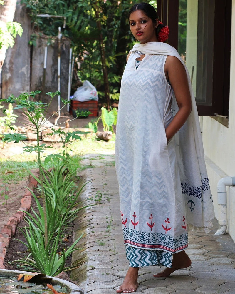 IVORY PINK BLOCKPRINTED MULMUL SLEEVELESS KURTI WITH GREEN SLIP AND BOTTOM(SET OF 3)