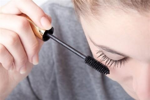 Essential Habits for Gorgeous and Natural-Looking Eyelashes - Applying Mascara