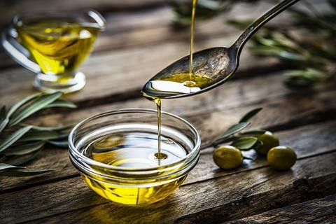 Can Natural Oils Give You Longer, Thicker Lashes? Olive Oil.
