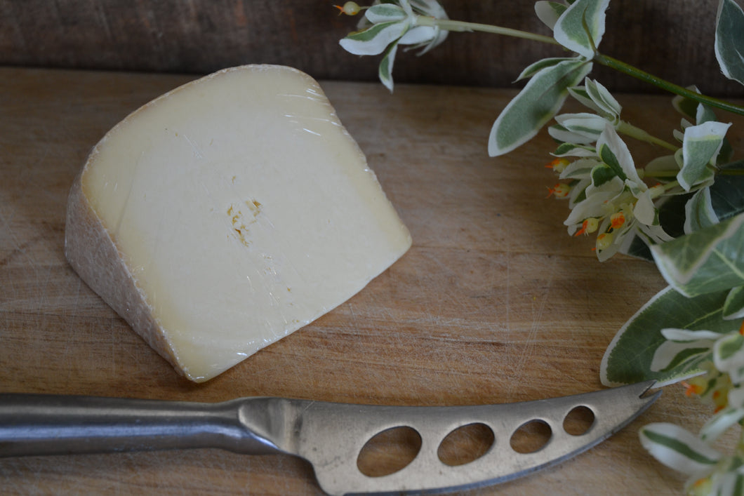Monkland Cheese (per 100gm)