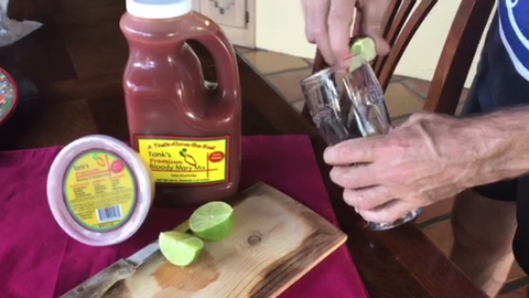 Rimming a glass with lime