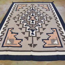 Load image into Gallery viewer, Two Grey Hill Southwestern Design Wool Handmade Rug (Size 6.0 X 9.0) Brrsf-1539
