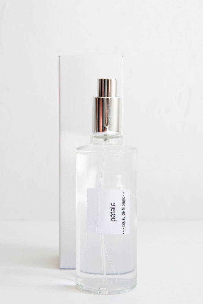 cousu de fil blanc petale room spray