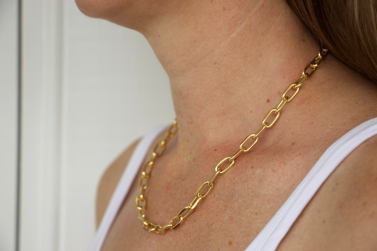 Model wearing AW Boutique's Thick Cable Link Chain.  This is a striking piece at 19 inches long that you can wear alone or layer with a finer chain to give it an edgier look.  Wear this chain everyday to dress up your look with no effort at all.  This treasure will quickly become a go-to staple in your jewellery wardrobe.