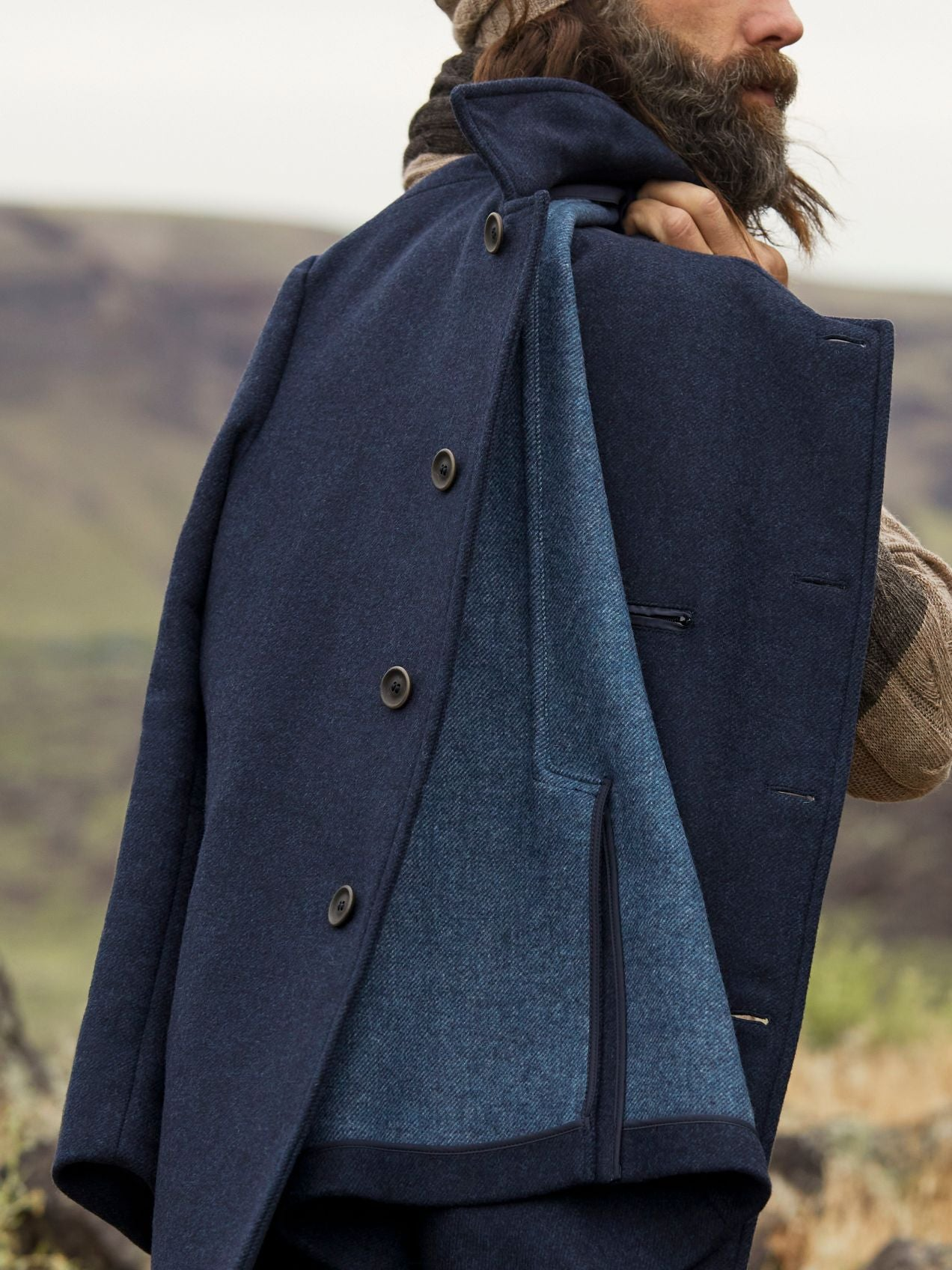 Contrasting blues in blended lamb wool