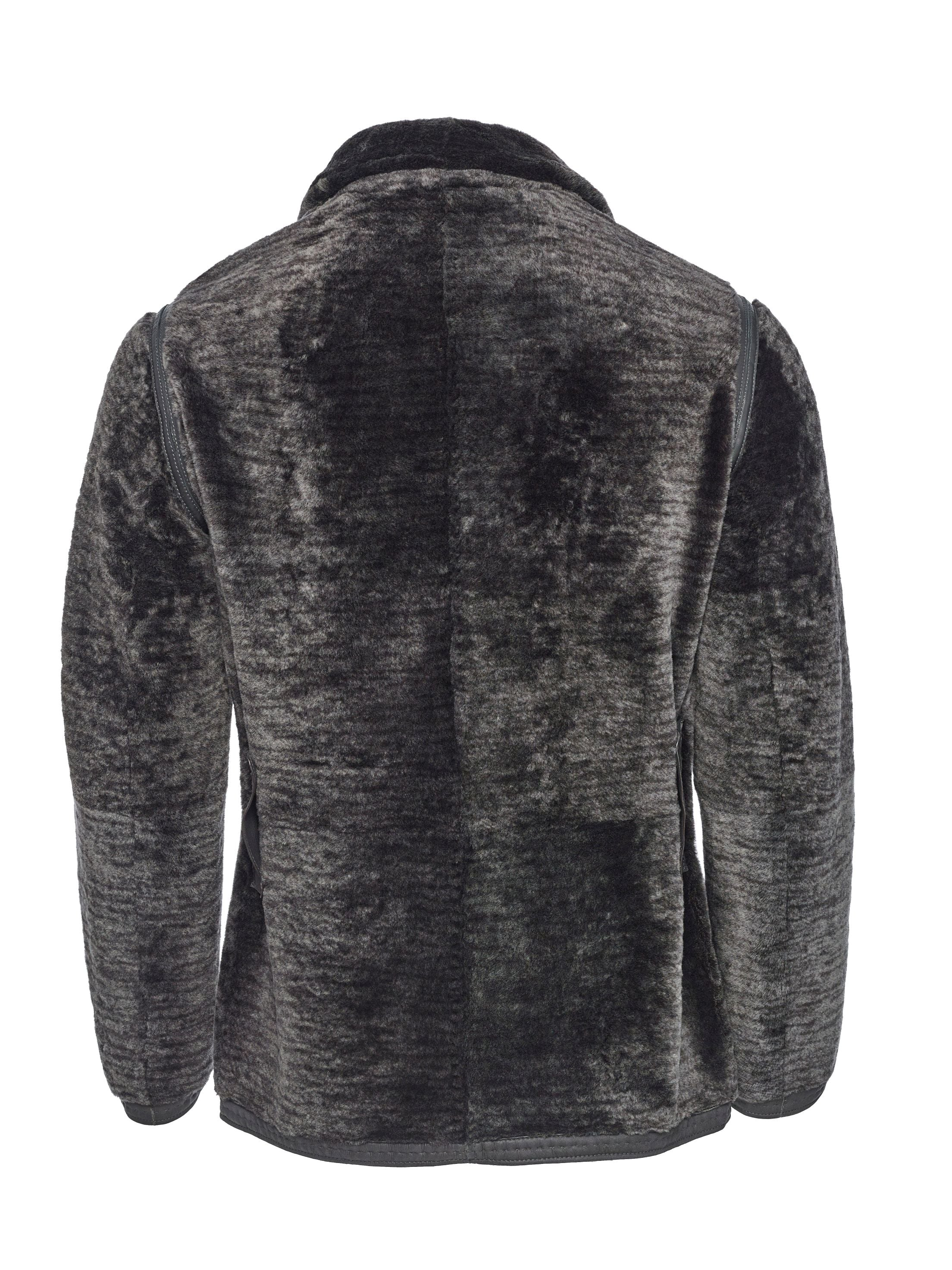 At first touch one immediately discoveres the opulence and ultra-light weight of Spanish Merino fleece