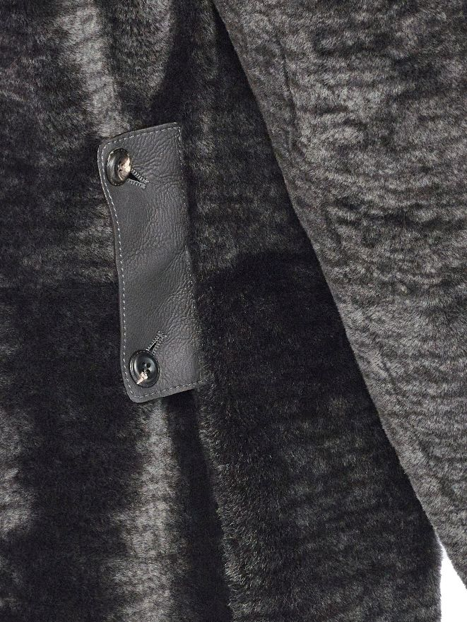 A latch in the lightest glove lamb attaches to 2-sets of buttons to increase or decrease the waist