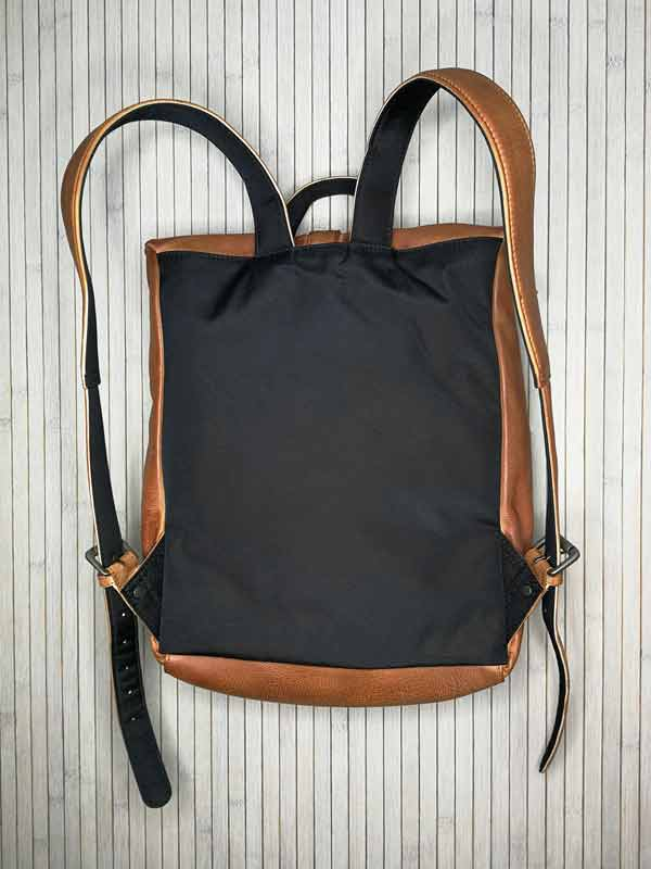 Sticks and Stones - Lederrucksack Messenger - Cognac Rückseite