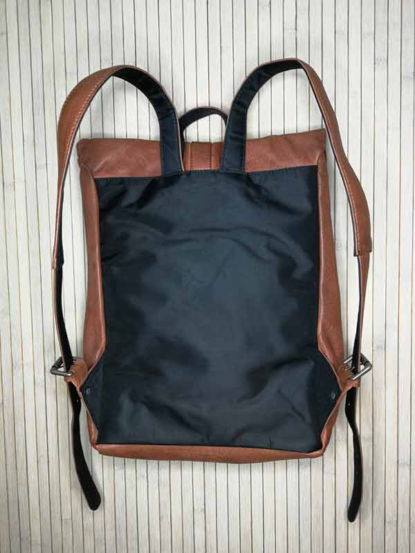 Sticks and Stones - Lederrucksack Messenger - Mustang Brown Rückseite