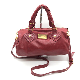 "Primary Photo - BRAND: MARC BY MARC JACOBS STYLE: HANDBAG DESIGNER COLOR: RED SIZE: MEDIUM 6.5""H X 13""L X 5.5""WSTRAP DROP: 22""SKU: 262-26275-74109TINY SPOT • SLIGHT STAINS ON THE INTERIOR LINING • OVERALL IN GOOD SHAPE AND CONDITION •"