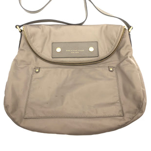 "Primary Photo - BRAND: MARC JACOBS STYLE: HANDBAG DESIGNER COLOR: TAN SIZE: MEDIUM 12.5""H X 15""L X 4""WSTRAP DROP: 19.5"" SKU: 262-26275-73383VISIBLE MARKS ON THE EXTERIOR • AS IS •"