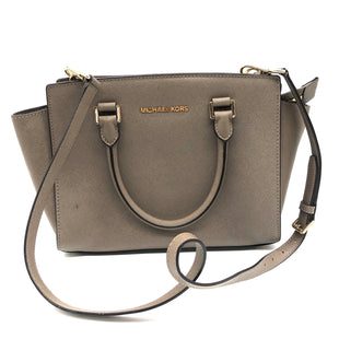 "Primary Photo - BRAND: MICHAEL KORS STYLE: HANDBAG DESIGNER COLOR: TAN SIZE: MEDIUM SKU: 262-26275-76604APPROX. 11""L X 8.75""H X 4""D. SLIGHT SPOT ON FRONT OF BAG"