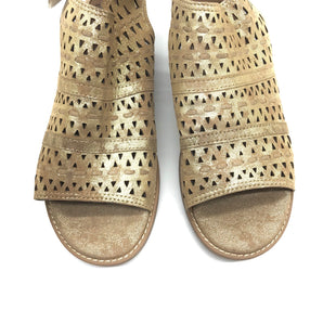 Primary Photo - BRAND: SOFFT STYLE: SANDALS FLAT COLOR: GOLD SIZE: 8 SKU: 262-26275-64339