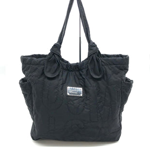 "Primary Photo - BRAND: MARC BY MARC JACOBS STYLE: HANDBAG DESIGNER COLOR: BLACK SIZE: MEDIUM SKU: 262-26275-78615DESIGNER BRAND FINAL SALE AS IS VISIBLE WEAR, MARKS AND SPOTS ON BAG, STAIN INSIDE (SEE PHOTOS) APPROX 20""X15""X4.5""HANDLE DROP APPROX 9"""