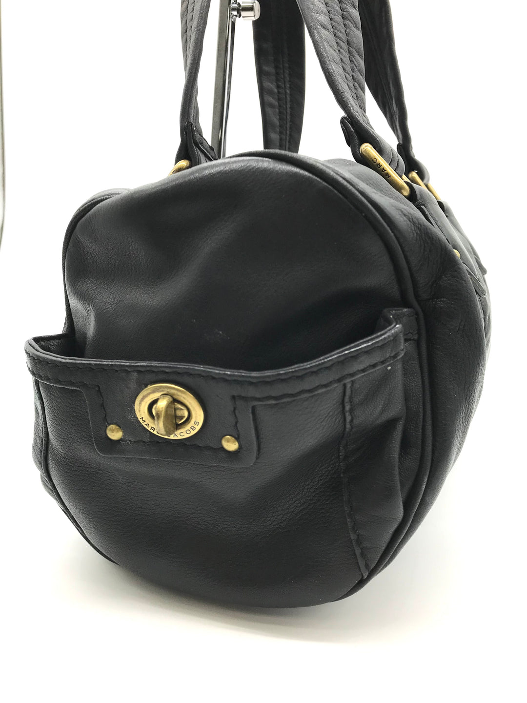 "Photo #2 - BRAND: MARC JACOBS <BR>STYLE: HANDBAG DESIGNER <BR>COLOR: BLACK <BR>SIZE: MEDIUM 7.5""H X 14""L X 7.5""W<BR>HANDLE DROP: 7.5""<BR>SKU: 262-26275-64508<BR>IN GREAT CONDITION • AS IS •"