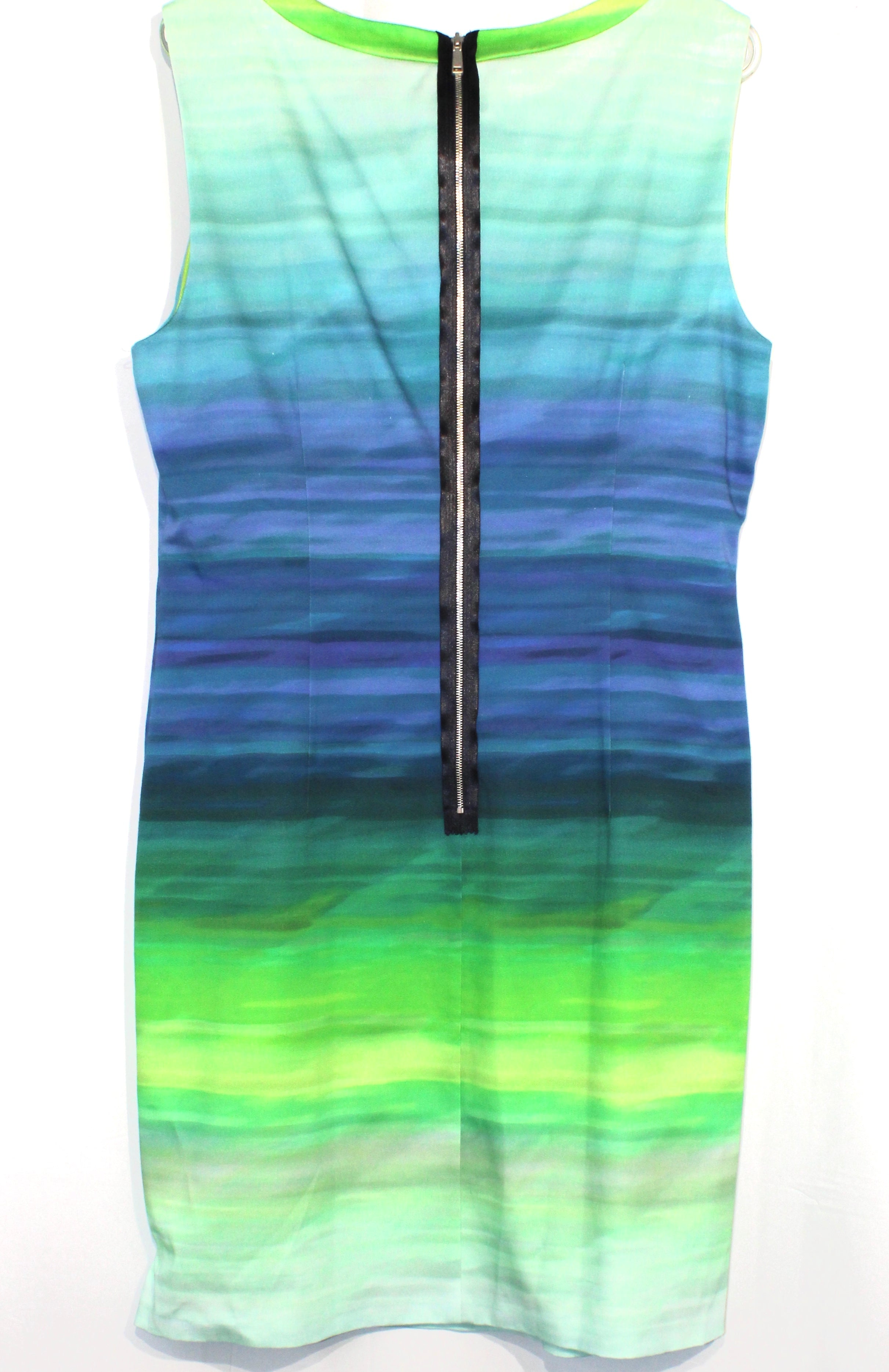 Photo #1 - <P>BRAND: ELIE TAHARI <BR>STYLE: DRESS SHORT SLEEVELESS <BR>COLOR: BLUE GREEN <BR>SIZE: XL/14<BR>SKU: 262-26211-134838<BR><BR></P> <P> </P> <P>NWT</P>