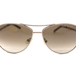 Primary Photo - BRAND: MARC BY MARC JACOBS STYLE: SUNGLASSES COLOR: BROWN SKU: 262-26275-70767SLIGHT SCRATCH ON THE LENS • AS IS