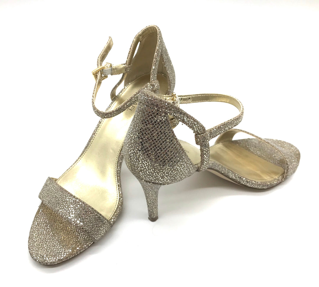 Photo #1 - BRAND: MICHAEL KORS <BR>STYLE: SANDALS LOW <BR>COLOR: GOLD <BR>SIZE: 7 <BR>SKU: 262-26275-67562<BR><BR>GOOD CONDITION BUT ONE SLIGHT TOE PRINT TO METALLIC PORTION OF LEFT SHOE