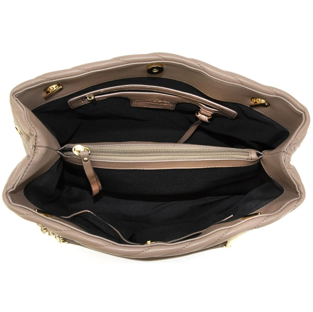 The Concealed Carry Flora Satchel gives you everything you need in a compact personal protection purse. The size allows you to minimize what you carry, while still allowing you to stay prepared. Style and Functionality are not sacrificed with the Flora. Concealed Carry Flora in Beige. Interior picture of CCW Purse