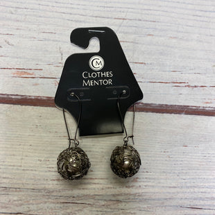 Primary Photo - BRAND:    CLOTHES MENTOR STYLE: EARRINGS COLOR: SILVER OTHER INFO: WIRED W/ PEARL IN MIDDLE SKU: 257-257100-1759
