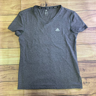 Primary Photo - BRAND: ADIDAS STYLE: ATHLETIC TOP SHORT SLEEVE COLOR: GREY SIZE: M OTHER INFO: LOGO ON BREAST SKU: 257-257103-557