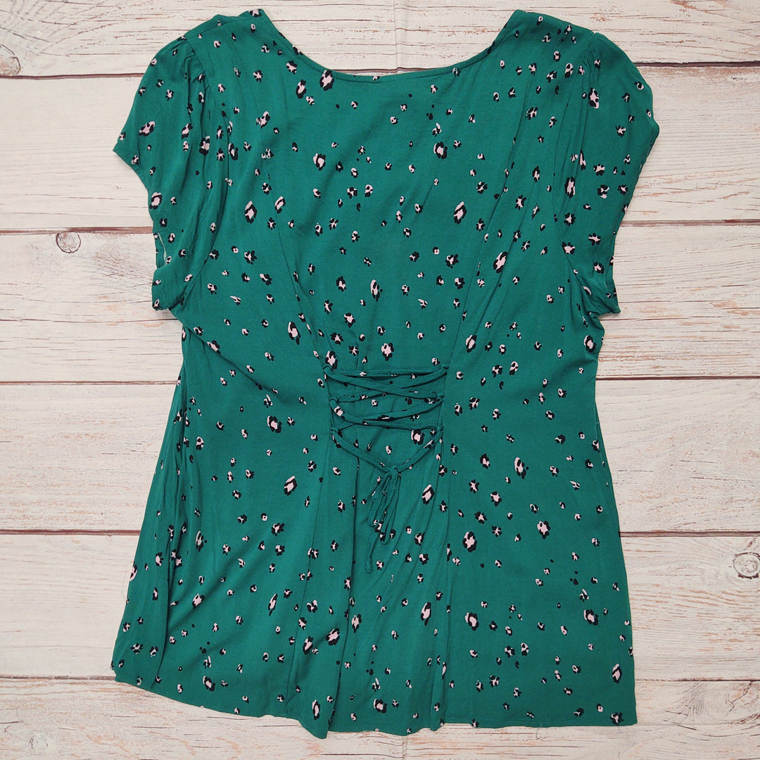 Photo #1 - BRAND: TORRID <BR>STYLE: TOP SHORT SLEEVE <BR>COLOR: GREEN <BR>SIZE: 1X <BR>OTHER INFO: PINK AND BLACK FLOWERS <BR>SKU: 257-257194-1992