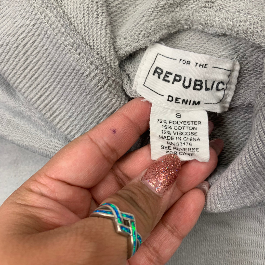 Sweater Lightweight By For the Republic  Size: S - BRAND:   FOR THE REPUBLIC<BR>STYLE: SWEATER LIGHTWEIGHT <BR>COLOR: GREY <BR>SIZE: S <BR>OTHER INFO: FOR THE REPUBLIC - <BR>SKU: 257-257100-886