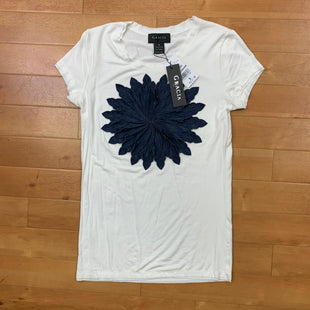 Primary Photo - BRAND: GRACIA STYLE: TOP SHORT SLEEVE COLOR: WHITE SIZE: S OTHER INFO: DENIM FLOWER ON FRONT SKU: 257-257100-978
