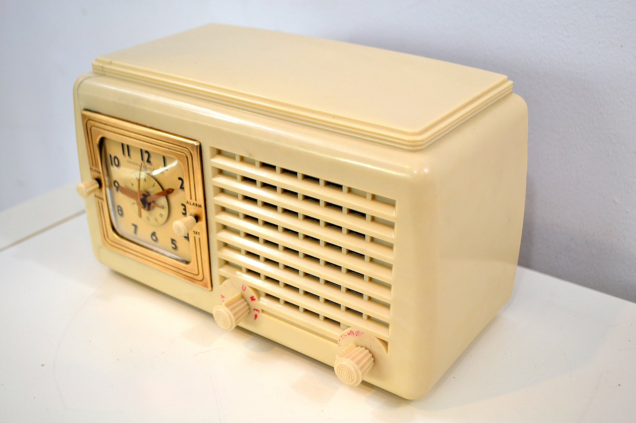 Carrara White Plaskon 1946 General Electric Model 50 Retro AM Vacuum Tube Clock Radio Works and Looks Great! - [product_type} - General Electric - Retro Radio Farm