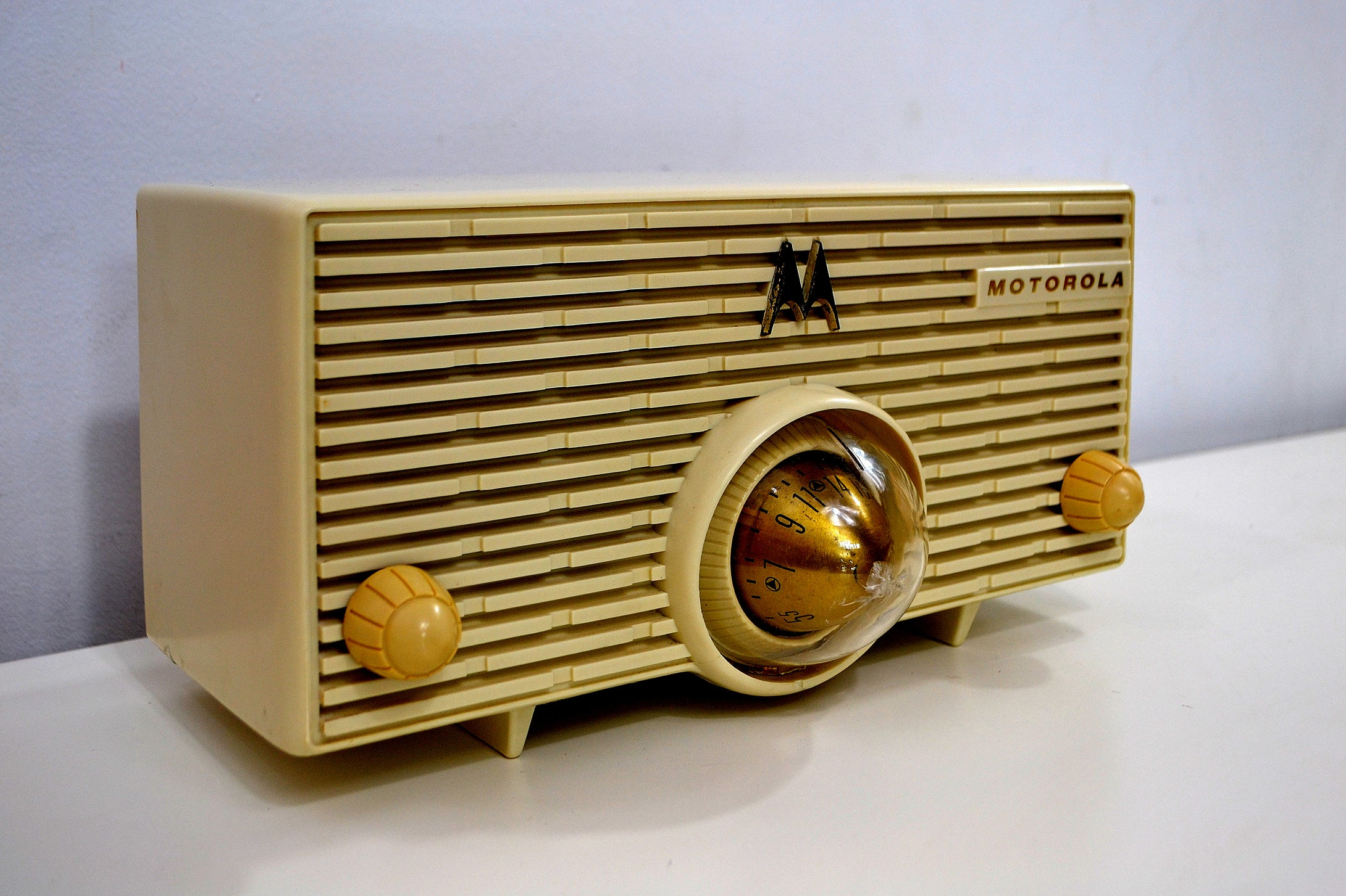 Cream Ivory 1957 Motorola Model MK-56H Turbine Vintage Tube AM Radio Collectors Favorite! - [product_type} - Motorola - Retro Radio Farm