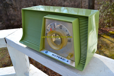 AVOCADO Mid Century Retro 1962 Motorola A10G62 Tube AM Radio Cool Model Rare Color! Excellent Condition!