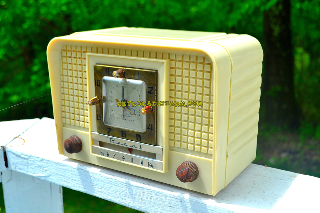 Royal Ivory Mid Century Retro 1954 Regal Model C527L Tube AM Clock Radio Excellent Plus Condition and Sounds Great!
