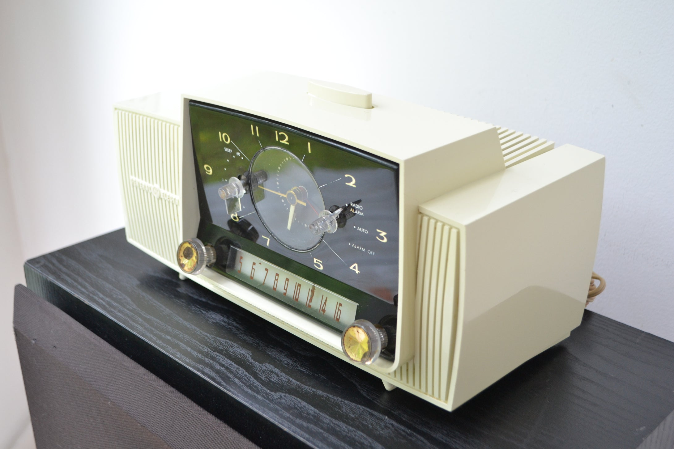 Classic White 1957 General Electric Model 912D Tube AM Clock Radio - [product_type} - General Electric - Retro Radio Farm